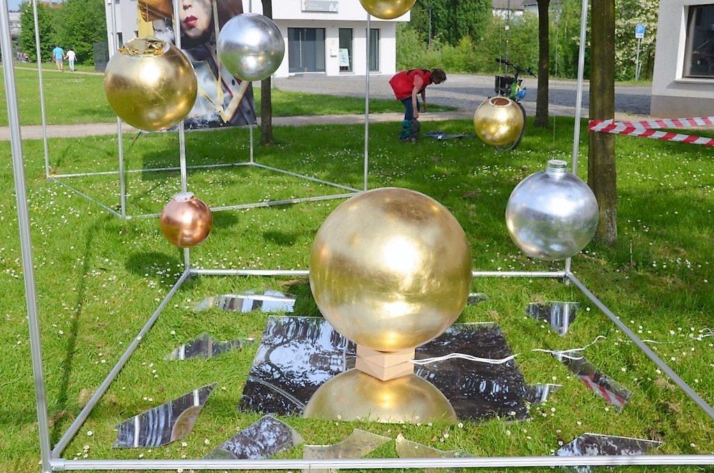 Michael Bock von RahmenKunst hat eine Lichtinstallation aus Kunststoffkugeln geschaffen. Auf dem Boden sind Spiegelfragmente angeordnet. (Foto: © Martina Hörle)
