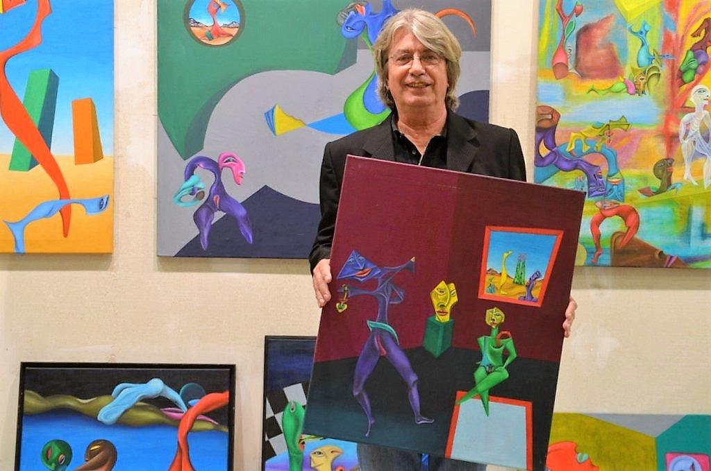 """Matthias V. Olbrisch hat sich die Malerei autodidaktisch erarbeitet. Seine bevorzugte Technik ist das Malen in Öl. Olbrisch bezeichnet seinen Stil als """"Pop Art brut"""". ( Foto: © Martina Hörle)"""