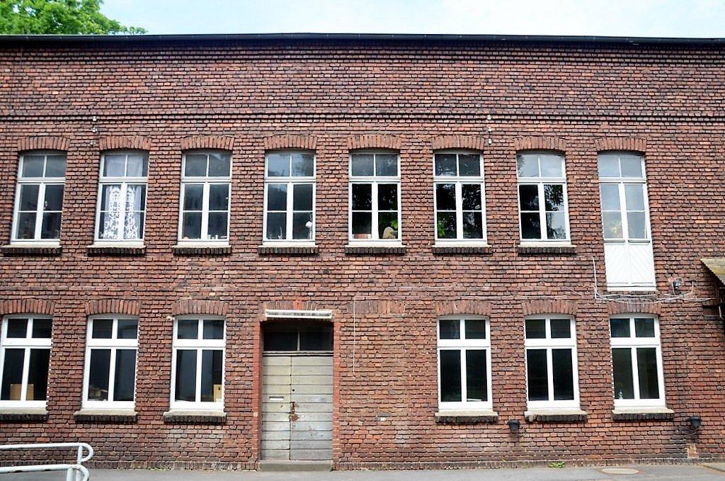 In diesem Gewerbegebäude hat Tischlermeister Gerhards seine Werkstatt. In der oberen Etage haben die drei Künstler Anna Siebel-Lenz, Dieter Suhr und Reiner Homburg ihre Ateliers. (Foto: © Martina Hörle)