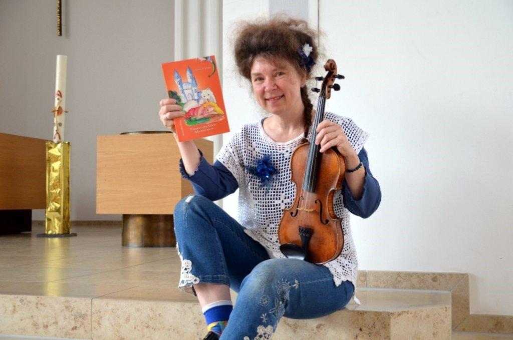 """Andrea Daun wird aus ihrem Kinderbuch """"Tausendschöns Abenteuer"""" lesen. Außerdem spielt sie auf ihrer Geige für die Kinder ein Volkslied.(Foto: © Martina Hörle)"""