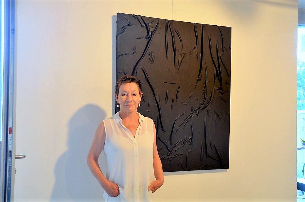 Dieses schwarze Gemälde ist Conny Schüsslers Hommage an den zeitgenössischen französischen Künstler Pierre Soulages. Mit Strukturen schaffte er in seinen Arbeiten Lichtreflexe. (Foto: © Martina Hörle)