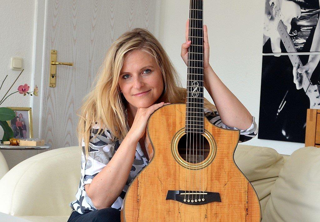 Das Gitarrenspiel ist ein vertrauter Bestandteil bei Tenejas Darbietungen. Jetzt hat sie einige Songs gitarrenfrei aufgenommen. Auch für die Sängerin eine neue Erfahrung. (Foto: © Martina Hörle)