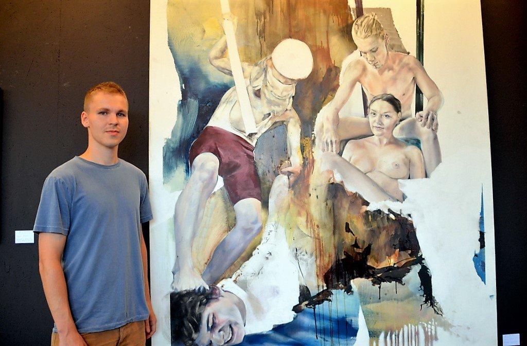 Kunststudent Eric Ventker stellt in einem eindrucksvollen Werk zwei völlig konträre Situationen gegenüber. Seine Technik ist die Ölmalerei, doch er zeichnet auch gerne. (Foto: © Martina Hörle)