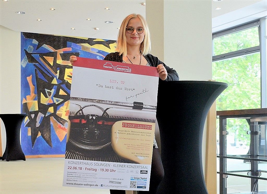 FSJlerin Jule Pommer hat sich dem Projekt einen Herzenswunsch erfüllt. Sie hat selbst bereits in ihrer Schulzeit mit dem Schreiben begonnen und möchte gern interessierten Jugendlichen eine Plattform bieten. (Foto: © Martina Hörle)