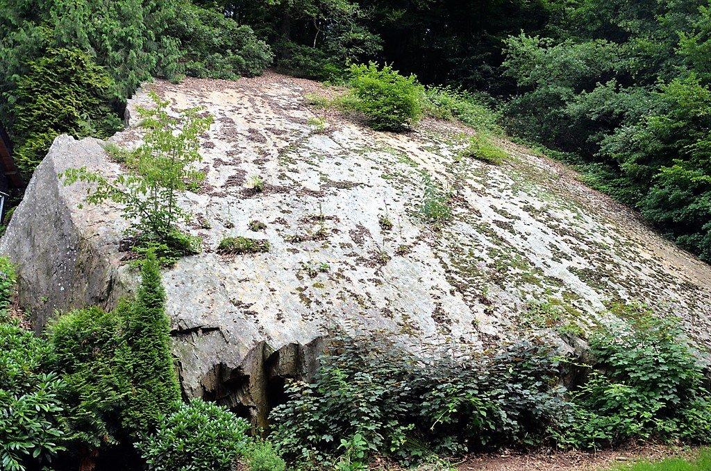 Diese große Steinplatte am Müngstener Brückenweg spielt bei der Tour Wälder, Wupper, Wackersteine eine große Rolle. (Foto: © Martina Hörle)