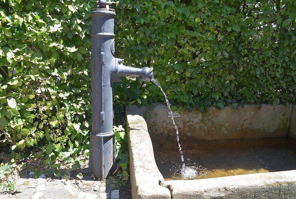 Durch das Brunnenfest können die Wasserkosten gedeckt werden. Jetzt kann der kleine Brunnen wieder sprudeln. (Foto: © Martina Hörle)