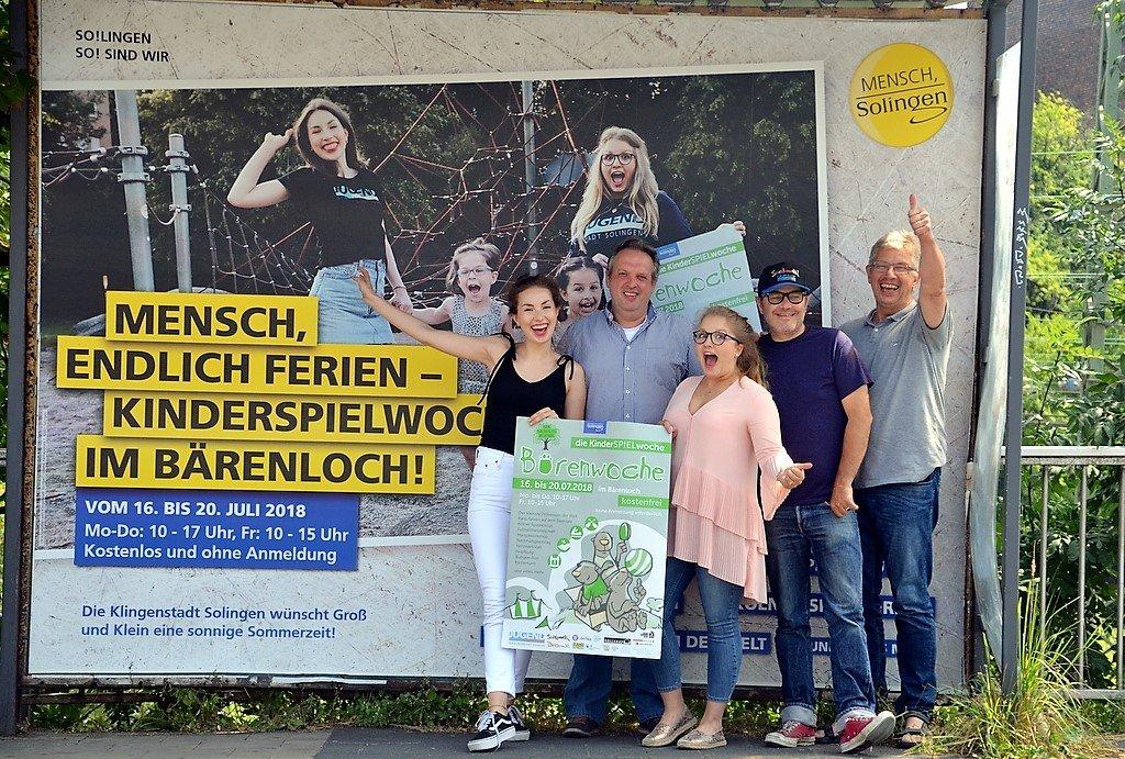 (v. li. Sinja Andrick-Bürger, Günther Schmitz, Michelle Scheliga, Jens Stuhldreier, Jürgen Bürger) Das Team ist begeistert von den Riesenplakaten, mit denen im gesamten Stadtbereich auf die Bärenwoche hingewiesen wird. (Foto: © Martina Hörle)
