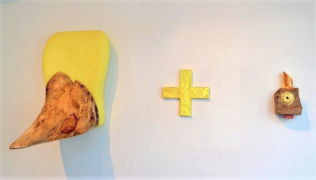 """Aus der Sitzfläche eines alten Bürostuhls, kombiniert mit einem Stück Wurzelholz hat Bertold Mohr das Objekt """"Gesäß"""" gestaltet. Daneben das vergoldete """"Plus"""" und eines der kleinen Fabeltiere von Andrea Mohr, die als Vergolderin ihre Werke gerne veredelt. (Foto: © Martina Hörle)"""