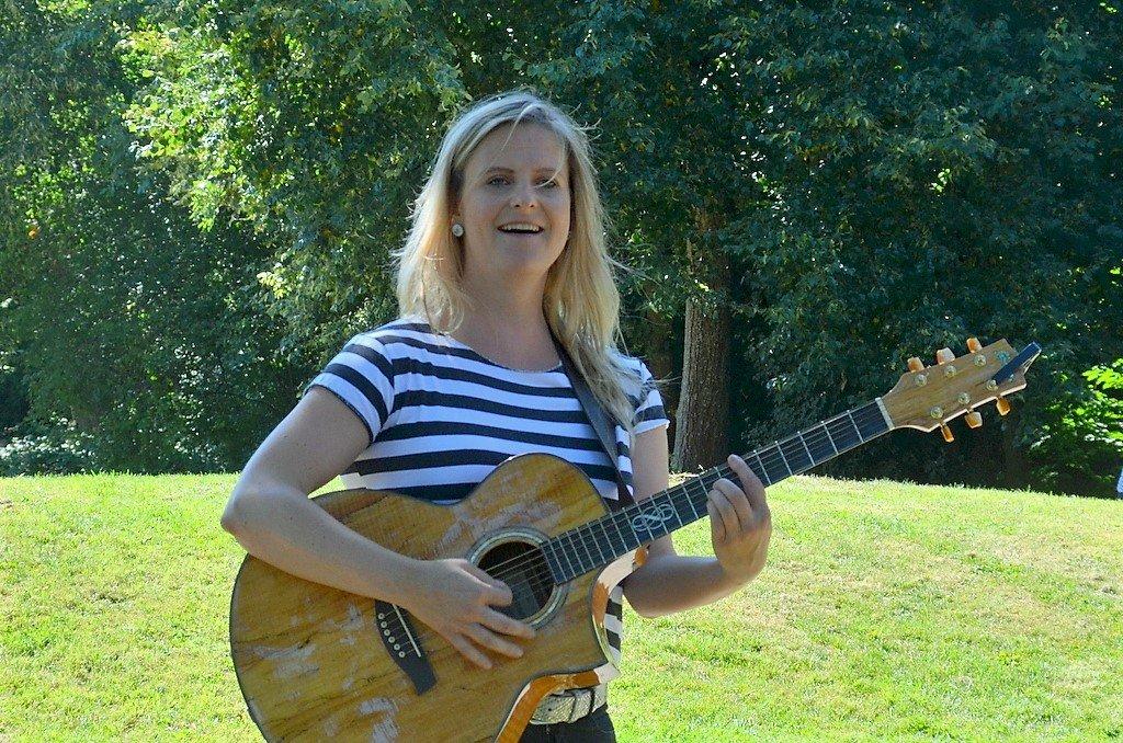 Sängerin Teneja begleitete die Wanderung mit Songs und Gitarrenspiel. (Foto: © Martina Hörle)