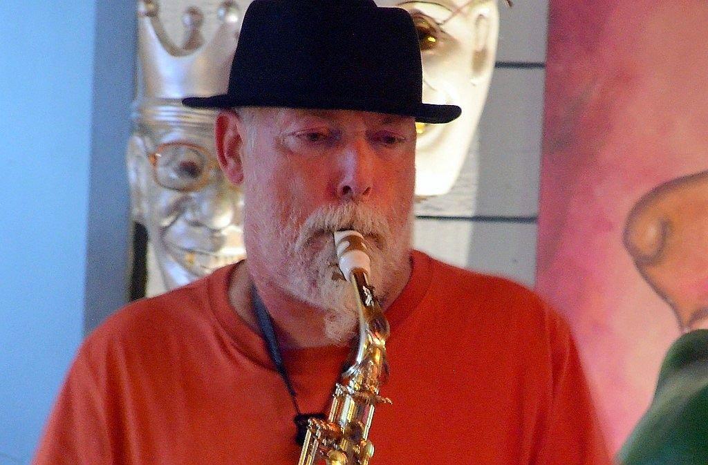 Saxofonist Rudolf F. Nauhauser hat über 30 Jahre Bühnenerfahrung. Er ist begeistert von der musikalischen Harmonie des Duos. (Foto: © Martina Hörle)