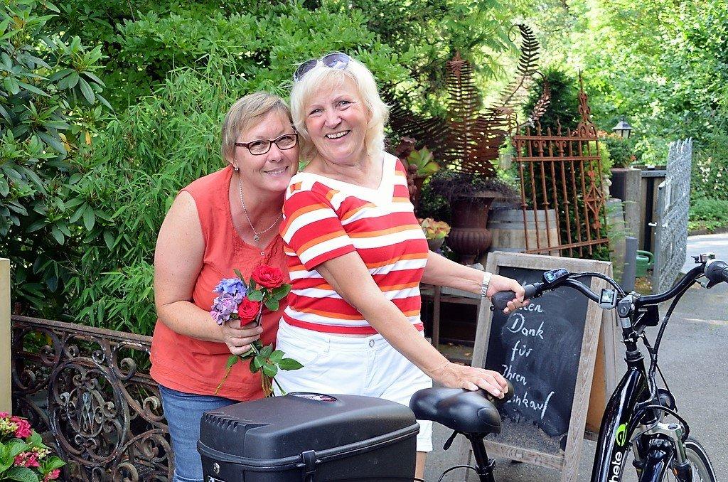 Mitarbeiterin Heike Ritterskamp (li.) mit Besucherin Elfi Sperer (Foto: © Martina Hörle)