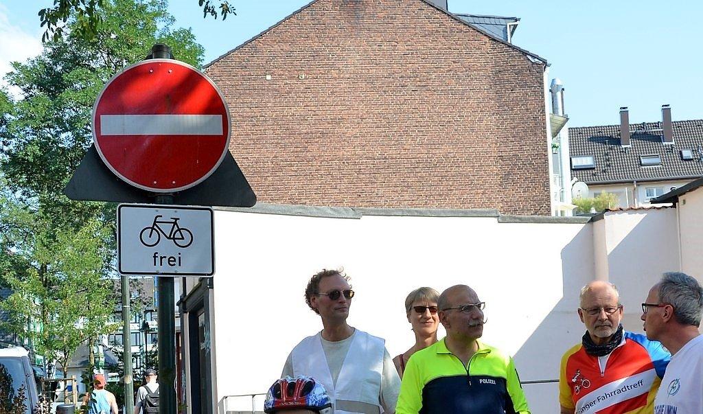Neben der deutlichen Wegmarkierung weist ein Schild auf die neue Regelung hin. (Foto: © Martina Hörle)