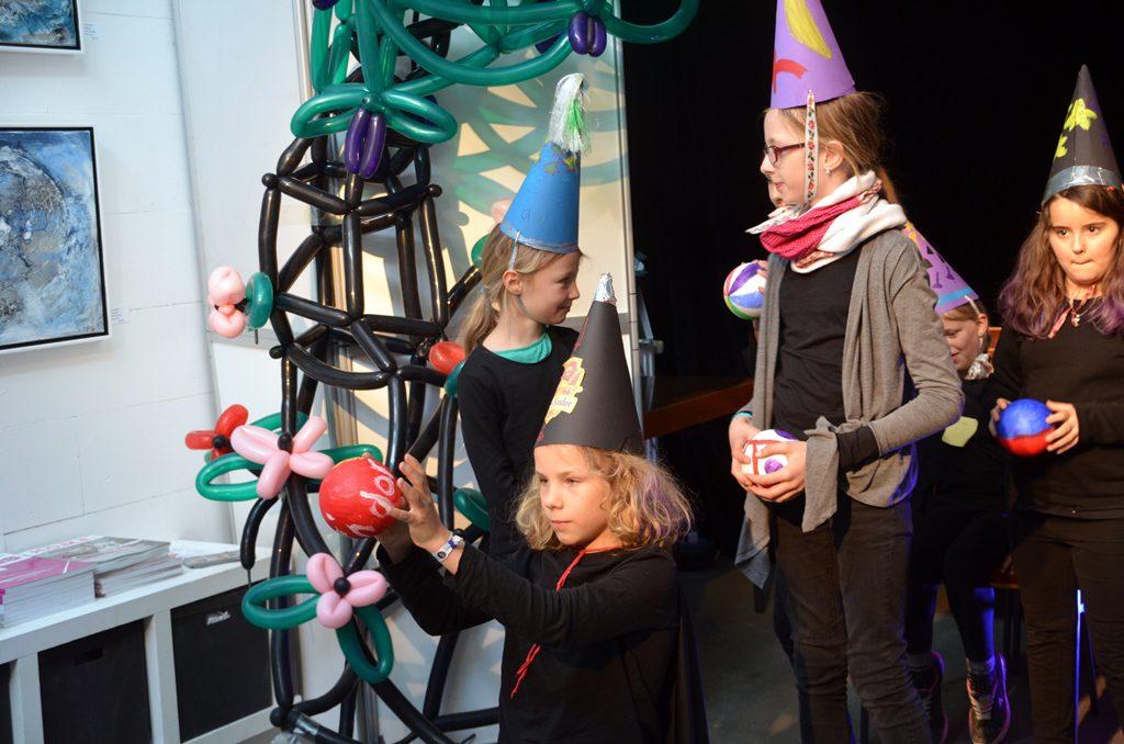 Hier üben die Schüler gerade gemeinsam den Schwebezauber. Die Bälle werden nicht berührt. Sie schweben einfach in der Luft. (Foto: © Martina Hörle)