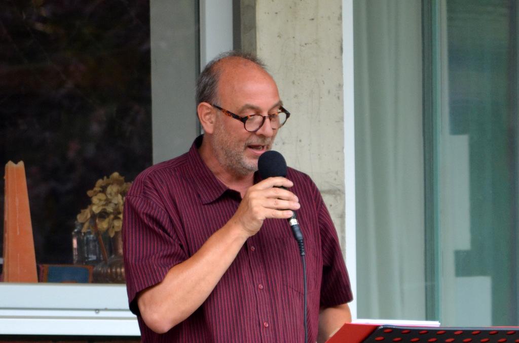 Der Solinger Autor Armin Tofahrn, Vorstadt-Philosoph und kreativer Querkopf, präsentiert den Zuhörern amüsante und nachdenkliche Kurzgeschichten und Denkzeilen. (Foto: © Martina Hörle)