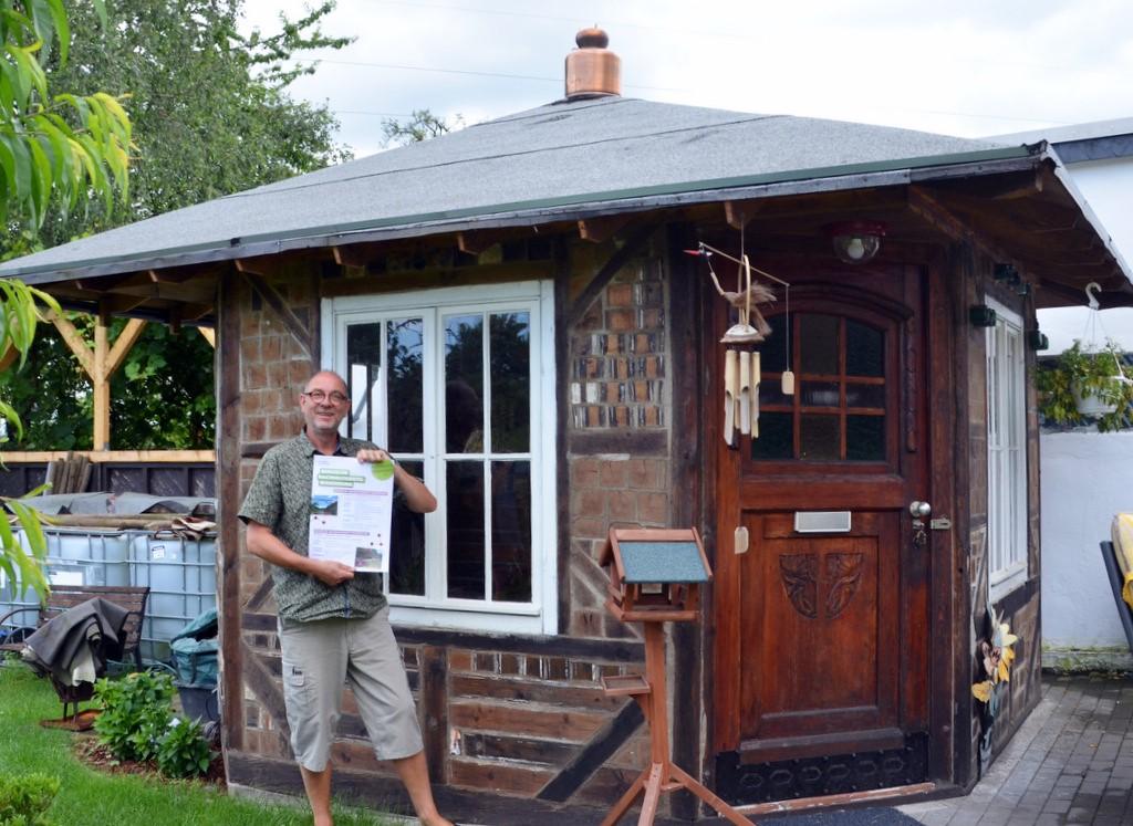 Armin Tofahrn hat seine kleine Philosophenhütte im Garten aus Dingen zusammengebaut, die andere bereits ausgesondert hatten. (Foto: © Martina Hörle)