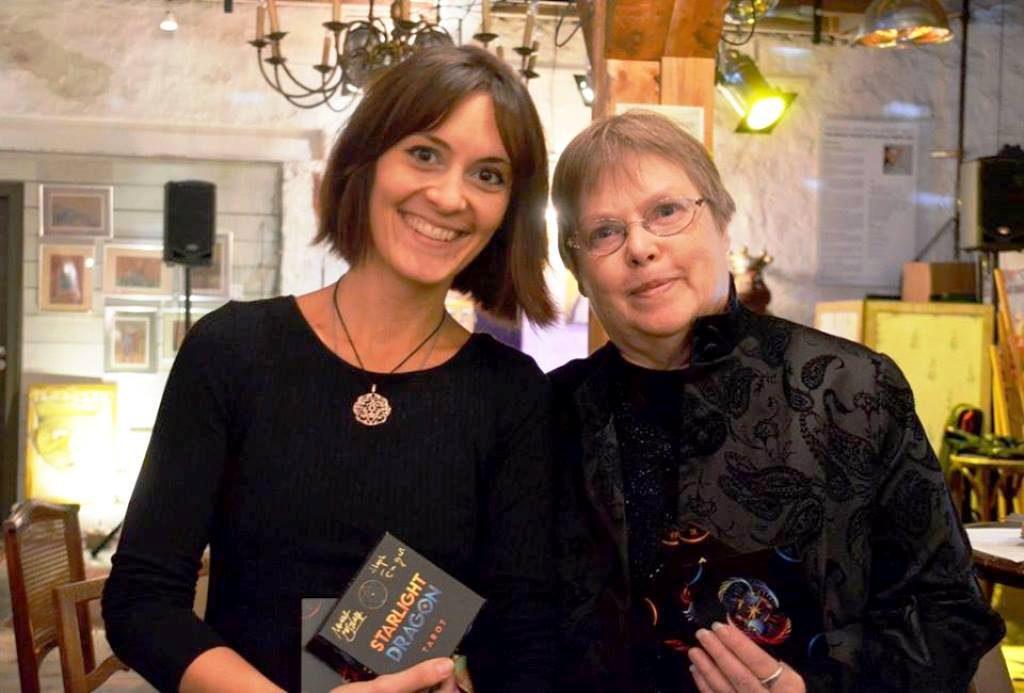 Nora Huszka und Steph Engert letztes Jahr bei der Präsentation ihres preisgekrönten Starlight Dragon Tarot (Archivfoto: © Martina Hörle)
