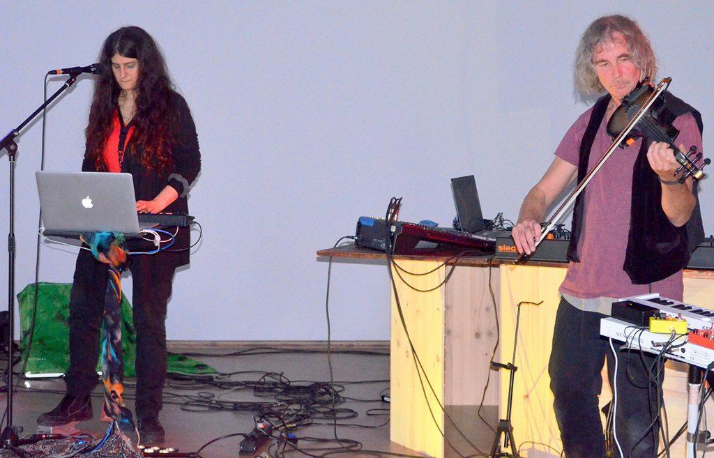 Eela Soley und Alexander Meyen spielen unter anderem gemeinsam im Allewelt-Ensemble. Soley setzt ihre Stimme als besonderes Instrument ein. Meyen ist studierter Jazzgeiger. (Foto: © Martina Hörle)