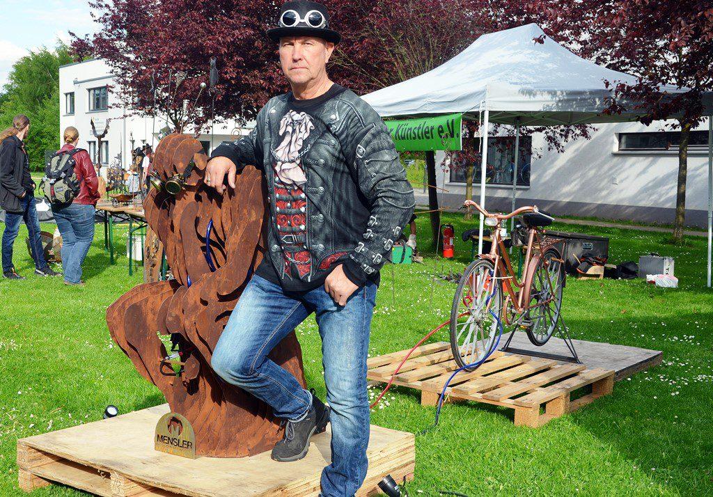 """""""Der Denker"""" ist eine in Scheiben geschnittene Skulptur aus 1,5 mm dicken Stahlblechen. Das Gemeinschaftswerk von Stefan Mensler und Peter Wischnewski wiegt 110 Kilo. Nach der Veranstaltung soll es verkauft werden. (Foto: © Martina Hörle)"""