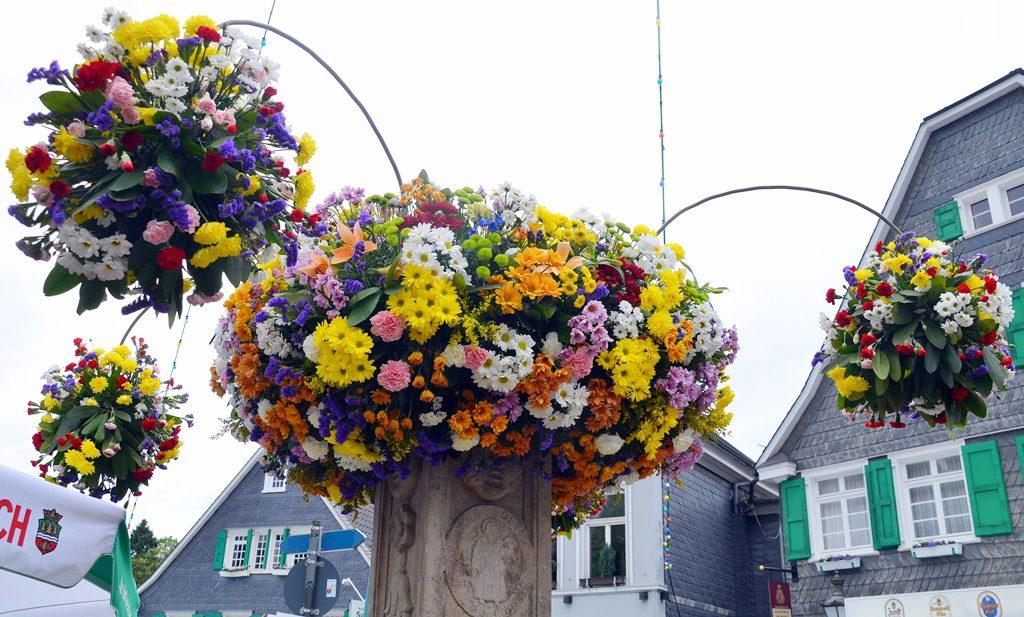 Der wunderschöne Blumenschmuck wird zum Ende der Veranstaltung immer von den Besuchern gepflückt und mitgenommen. (Foto: © Martina Hörle)
