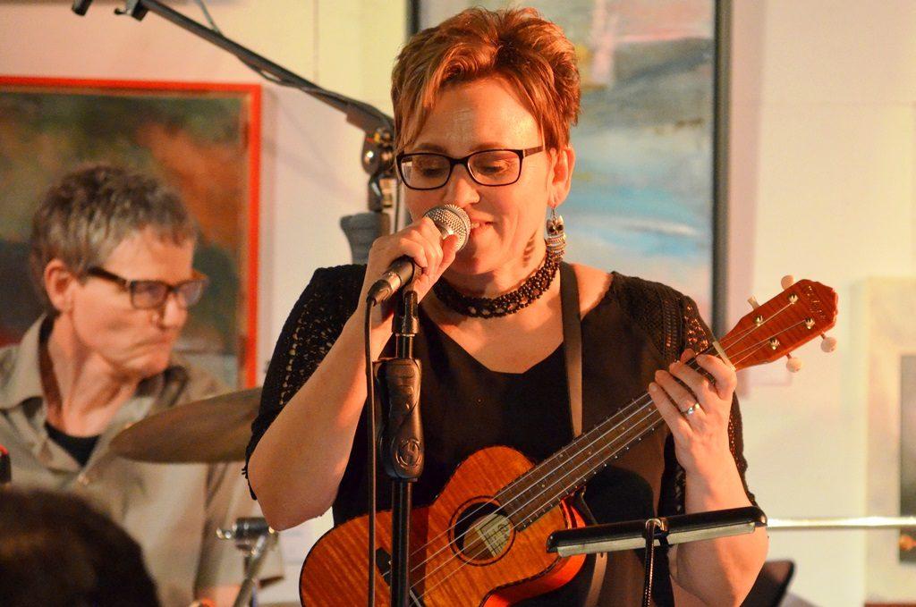 Petra Berghaus begleitet sich bei ihren Eigenkompositionen gerne selbst mit der Ukulele. Sie hat im Spätsommer 2016 die Band Leuchtfeuer ins Leben gerufen. (Foto: © Martina Hörle)