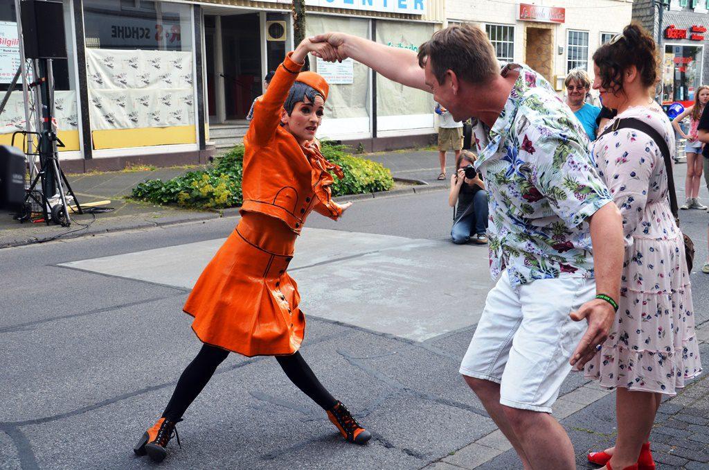 Die Orange Frau steigt von ihrem Podest und agiert gemeinsam mit dem Publikum. Bei ihrer ausdrucksstarken Mimik braucht sie keine Worte. (Foto: © Martina Hörle)