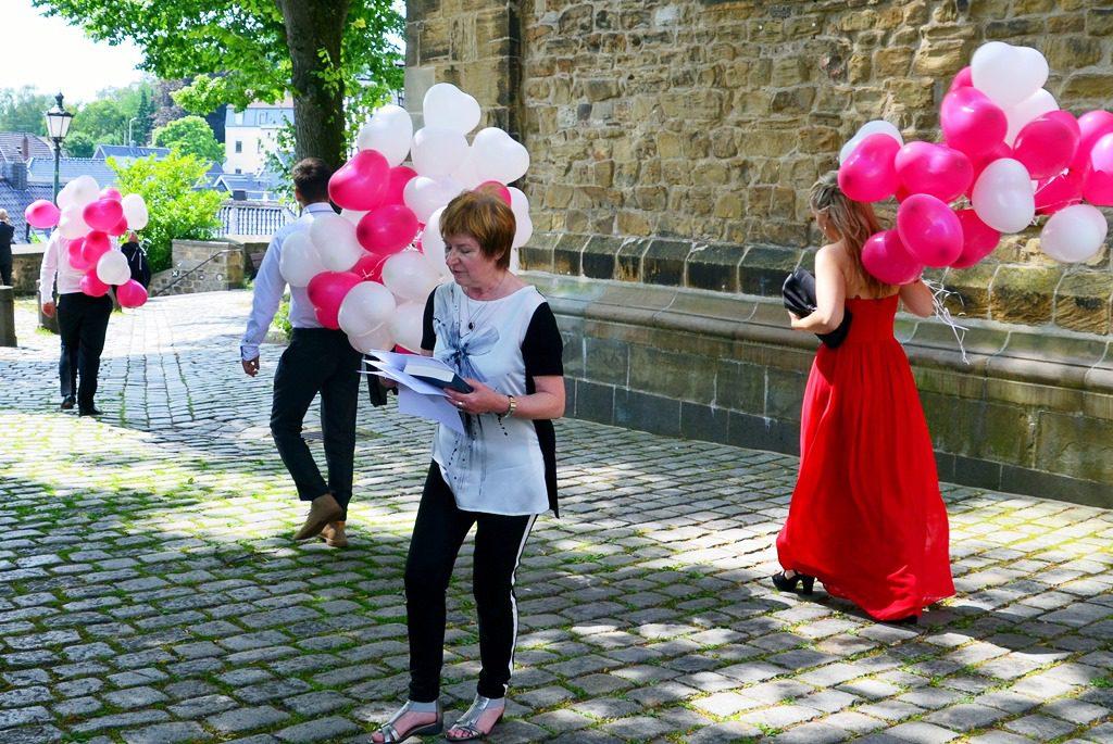 Während Dagmar Schenda aus Mülheim von einer jungen Vampirfrau erzählte, die im Halbdunkel auf einen Patienten wartete, brachten, mehrere Besucher bunte Ballons für das Brautpaar, das gerade in der Kirche heiratete. (Foto: © Martina Hörle)