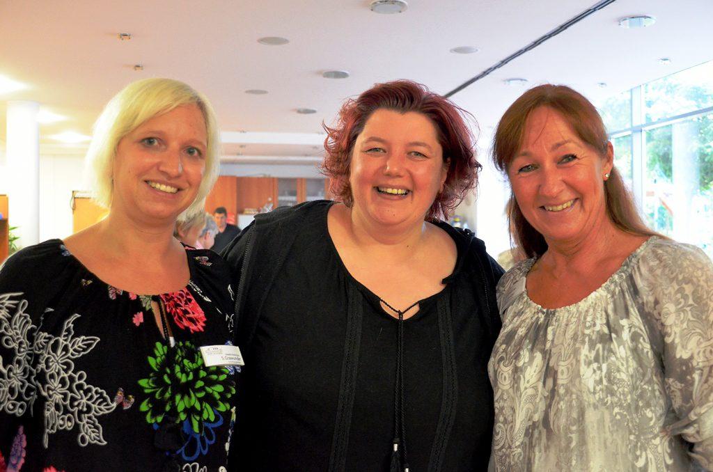(v. li.) Heimleiterin Sarah Grawunder freut sich gemeinsam mit Sängerin Steffi Kalter und ihrer engagierten Mitarbeiterin Frau Langer, dass das Konzert im Seniorenheim stattfinden kann. (Foto: © Martina Hörle)