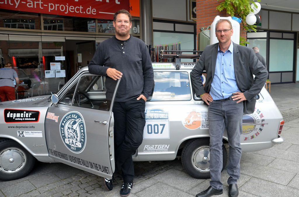 Die Klingenstädter Kadetten Marc Baehr und Lars Berger (v. li.) haben während der Charity-Rallye 3.600 Euro für einen guten Zweck gesammelt. Auf ihrer 17-tägigen Tour legten sie fast 10.000 km zurück. (Foto: © Martina Hörle)