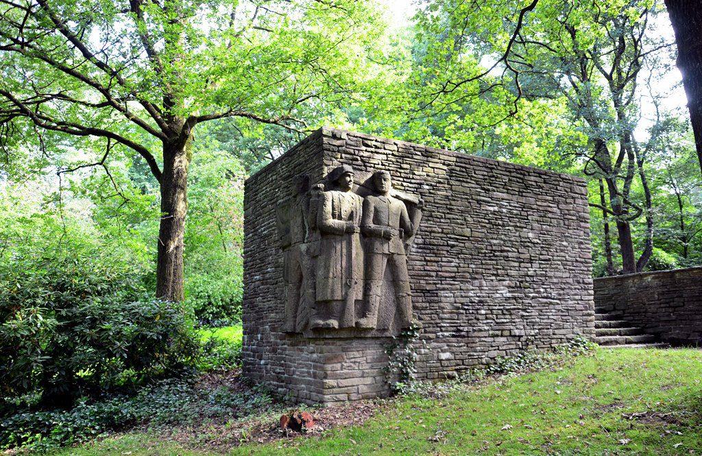 Auf einem der Waldpfade kommt man am Kriegerdenkmal vorbei. Es steht dort zu Ehren der Gefallenen aus dem ersten Weltkrieg. Es ist eine Stätte der Besinnlichkeit. (Foto: © Martina Hörle)