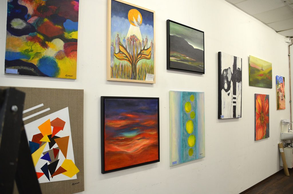 Die rund 50 Werke der Ausstellung können kaum unterschiedlicher sein. Den Besucher erwartet hier eine unglaubliche Vielfalt an künstlerischen Arbeiten. (Foto: © Martina Hörle)