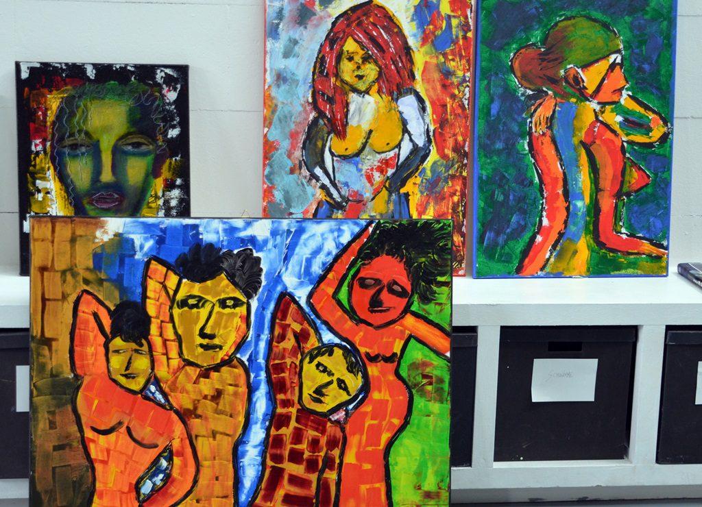 """Die Künstlerin bevorzugt leuchtende, kräftige Farben für ihre Werke. """"Farben sind für mich pures Leben"""", erklärt sie ihre Vorliebe. (Foto: © Martina Hörle)"""