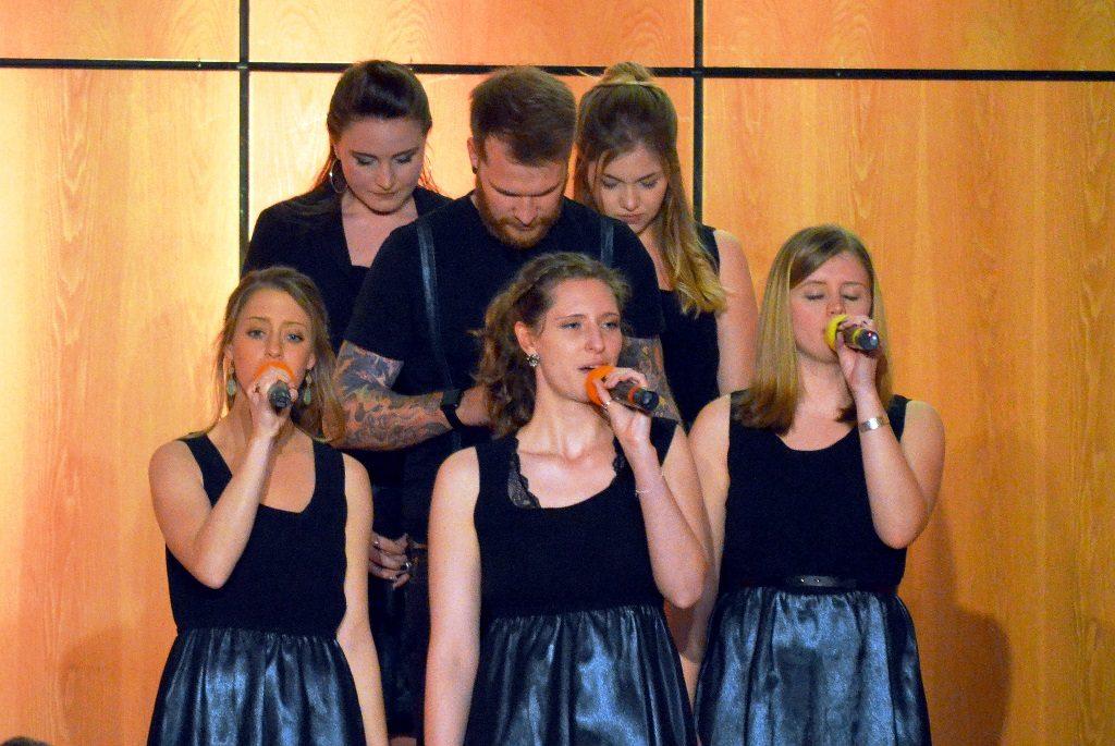 Auch in Kleingruppen überzeugten die Young Voices auf ganzer Linie. Der Chor, der seit 2005 besteht, singt Modern Gospel und macht dabei auch Ausflüge in Richtung Rock und Pop. (Foto: © Martina Hörle)