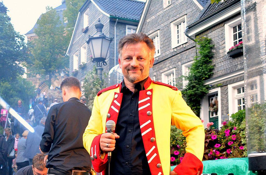 Dirk Balke, Künstler und Mitorganisator der Veranstaltung, hatte die Aufgabe des Moderators übernommen. Er kündigte die Lichtschau an und bekannte sich als Pink-Floyd-Fan. (Foto: © Martina Hörle