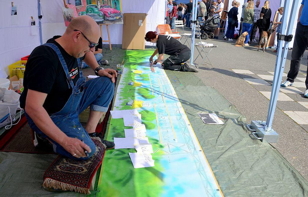 Stefan Seeger und Nadine Gabriel kreierten gemeinsam ein Musterbanner für das kommende Brückenfest. Für 15 Banner werden noch Vorschläge gesucht. (Foto: © Martina Hörle)