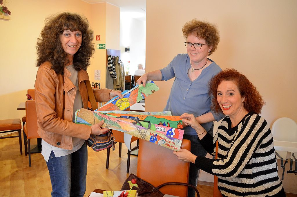 Hilde Sandmöller, Lehrerin und Kursleiterin des Kunst-Design-Kurses der Geschwister-Scholl-Schule, gab heute elf Entwürfe für die Banner ab. (Foto: © Martina Hörle)