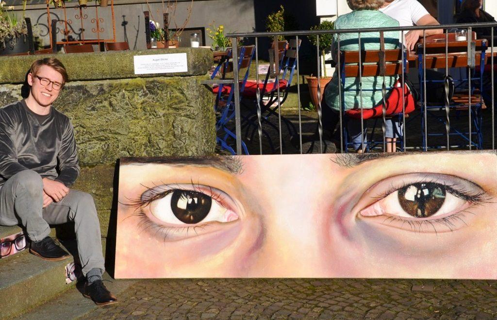 """Moritz Albert hat drei überdimensionale Augenpaare in Öl gemalt. Er sagt: """"Für mich als Maler sind die Augen das Wichtigste."""" (Foto: © Martina Hörle)"""