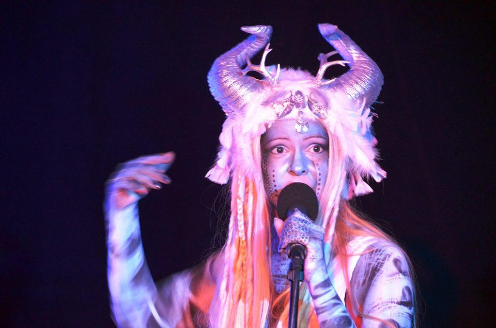 """Antje Jansen verkörpert in der Teleportation die Sagengestalt """"Nimue"""". Die Musikerin singt in sechs Sprachen. Bei ihrem Gesang kombiniert sie gerne unterschiedliche Musikstile. (Foto: © Martina Hörle)"""