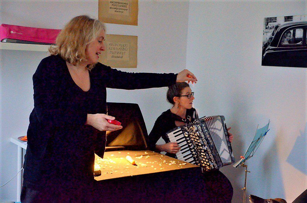 Performerin Patricia Langfeld (li.) und Tänzerin Anna Dimpfl hatten eine kleine Performance vorbereitet. Grundlage war ein chinesisches Märchen, in dem es um das Geben an andere ging. Ein wirklich passendes Thema gerade jetzt zu Sankt Martin. (Foto: © Martina Hörle)