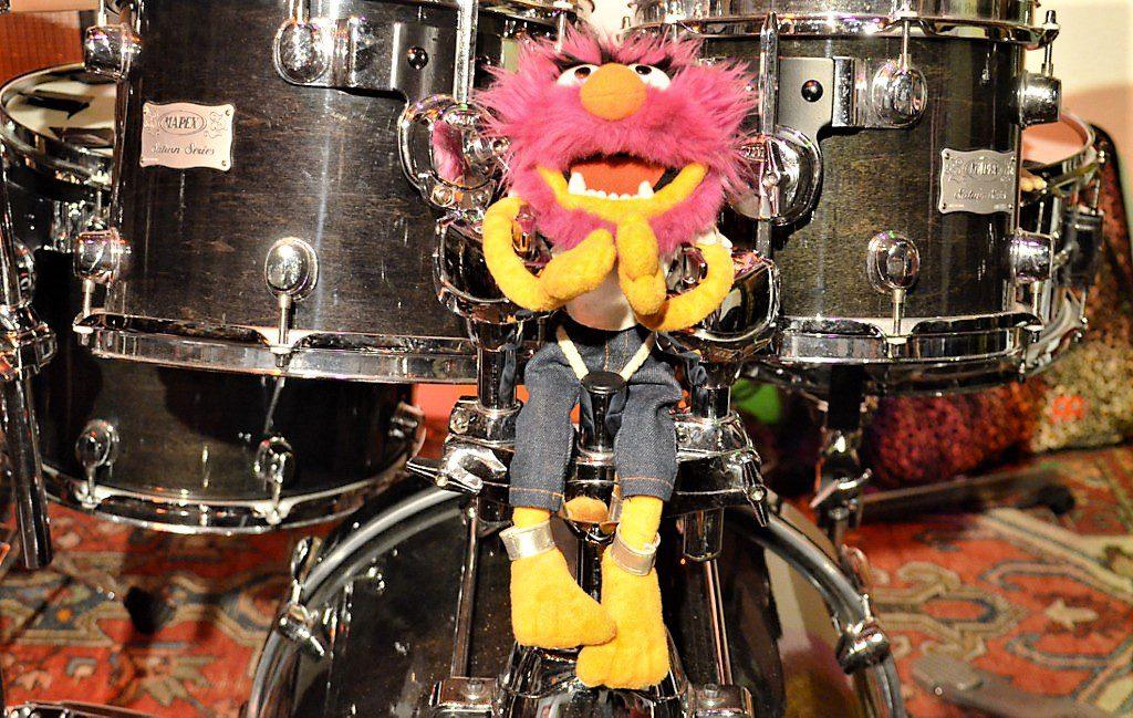 Das Schlagzeug von Jan C. Heinsch fällt jedenfalls auf. Der weltbekannte Drummer, das Tier aus der Muppet-Show ist immer dabei. (Foto: © Martina Hörle)