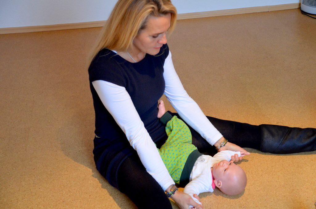 Babymassage ist eines der vielen Angebote von Raica Vermeegen. Hier zeigt sie an einer großen Babypuppe leichte Massagetechniken. Bei dieser Massage erfährt das Baby Ruhe, Entspannung und Liebe. (Foto: © Martina Hörle)