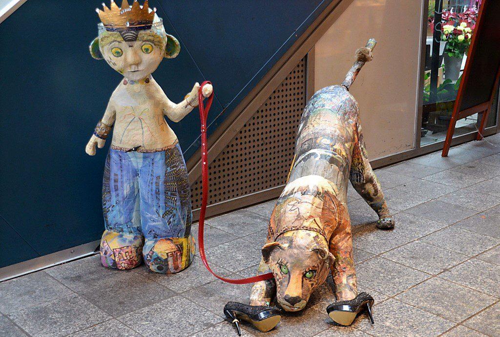 Diese beiden Figuren bestehen aus Zeitungspapier. Sigrid Pickenhain hat auf kreative Art recycelt. Besonders witzig sind die kleinen Details, die manchmal erst auf den zweiten Blick sichtbar werden. (Foto: © Martina Hörle)