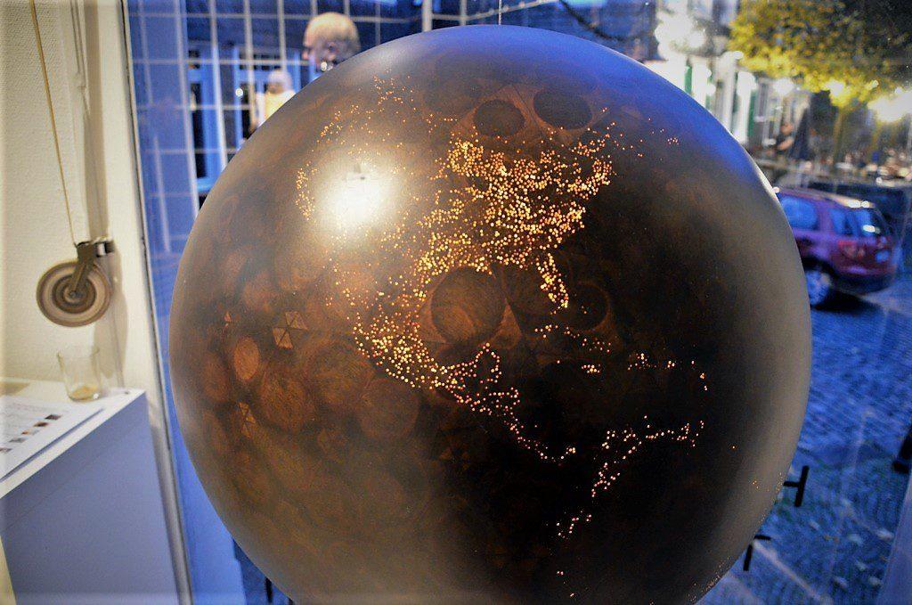 Die Kugel aus Holz stellt die Erdkugel dar. Jeder Lichtpunkt zeigt eine Stadt der Erde. (Foto: © Martina Hörle)