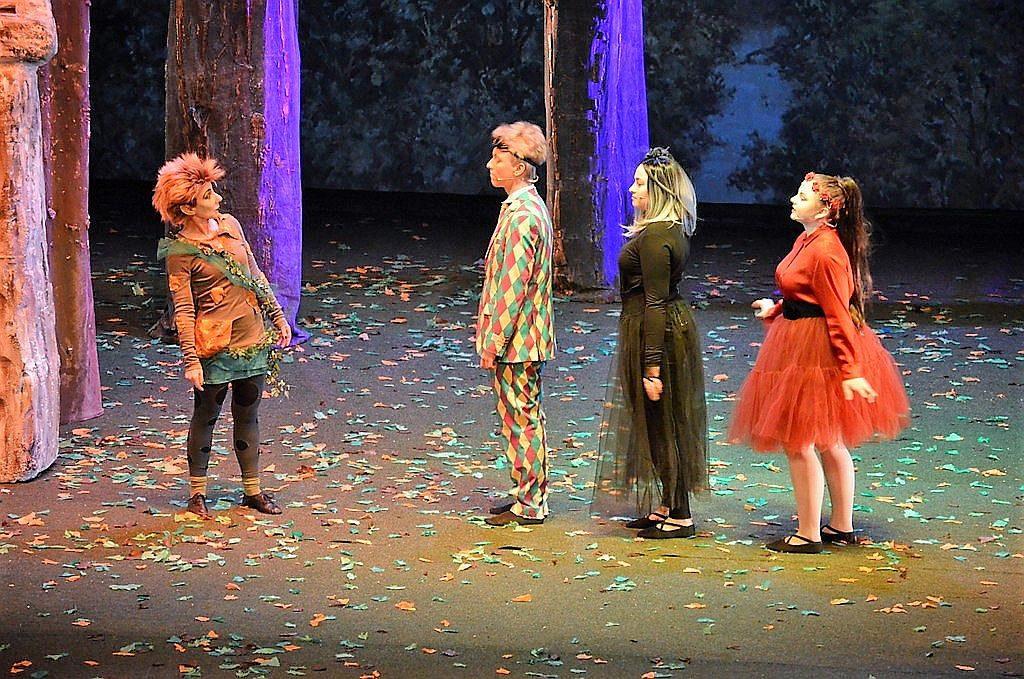 Die Elfengang kündigt dem Kobold Puck das Eintreffen von Elfenkönig Oberon und Gattin Titania an. (v. li. Renate Kemperdick, Leander Kemperdick, Luzie Berkenkopf, Leonie Cronauge) (Foto: © Martina Hörle)