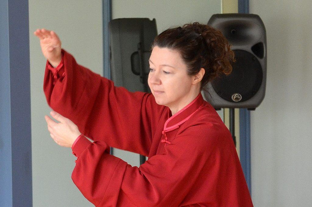 """Silke Widenka, ausgebildete Kursleiterin in Qigong, demonstriert in bedächtigen Bewegungsabläufen einige der Grundformen. """"Es gehört sehr viel Übung dazu, bis man sie beherrscht"""", sagt Widenka. (Foto: © Martina Hörle)"""