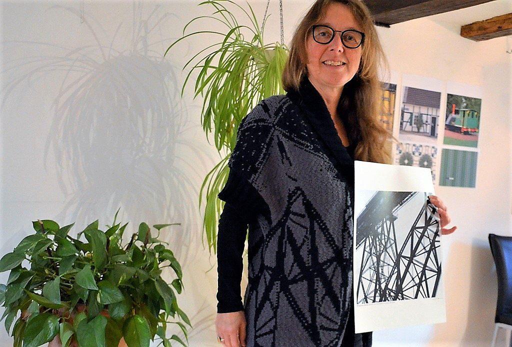 Diese Strickjacke ist Inge Heyens absolutes Lieblingsstück. Teile des Musters sind dem Motiv der Müngstener Brücke entnommen. Damit bekennt sich die Künstlerin auch zur Stadt Solingen. (Foto: © Martina Hörle)