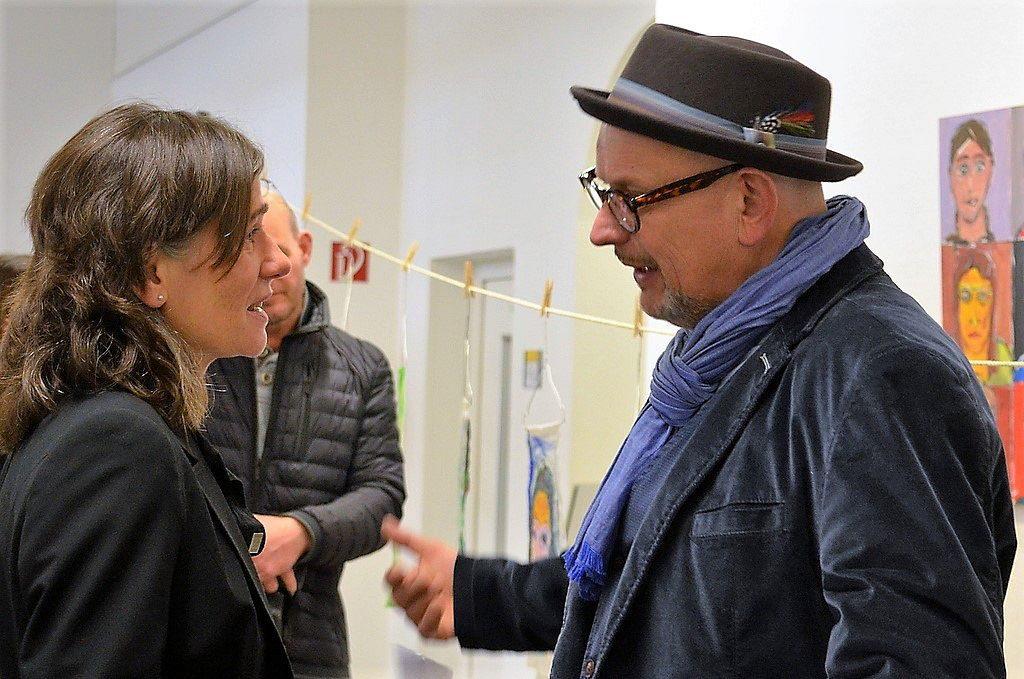 Auch Dagmar Becker, Beigeordnete für Jugend, Schule, Integration, Kultur und Sport, ist von der Ausstellung begeistert. Hier im Gespräch mit Künstler Stefan Seeger. (Foto: © Martina Hörle)
