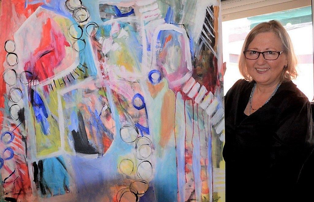 Kristina Eckel hat ihre Malerei durch ein Buch der Amerikanerin Flora Bowley revolutioniert. Sie beginnt bei ihren Werken meist intuitiv, ohne Konzept. Oft ein spannender Prozess, da sie nicht weiß, wie das Ergebnis sein wird. Eckel malt gegenständlich mit abstrakten Anteilen. (Foto: © Martina Hörle)