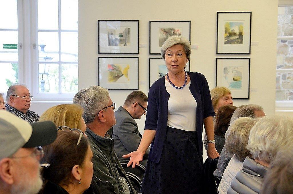 Die frühere Leiterin des Klingenmuseums, Barbara Grotkamp-Schepers, erzählte anschaulich, wie die große Schere vor dem Eingang ihren Weg dorthin gefunden hatte. (Foto: © Martina Hörle)