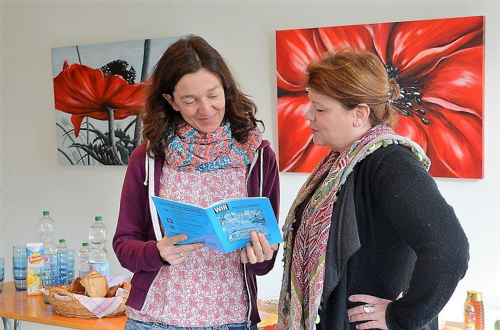 Christiane Cardullo (li.) und Karen Odenius, die beiden Organisatorinnen der Veranstaltung, haben immer interessante Informationen für ihre Besucher. Cardullo leitet als Ergotherapeutin die Seniorenkurse. (Foto: © Martina Hörle)
