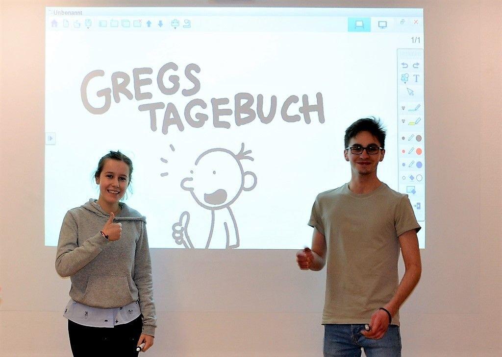 Carlotta und Max, die beiden Oberstufenschüler des Humboldtgymnasiums, gaben einen kleinen Workshop im Comic-Zeichnen und lösten damit große Begeisterung aus. (Foto: © Martina Hörle)